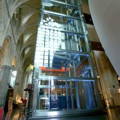 glazen panorama liftschacht in het Kruisherenhotel, een monumentaal klooster.
